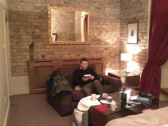 Becketts Hotel: tv/sitting area