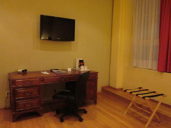 Zocalo Central: Hotel room - desk and tv