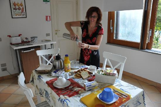 Gocce di Limone B&B Sorrento: Kitchenette - Wonderful espresso served in the beautiful breakfast room