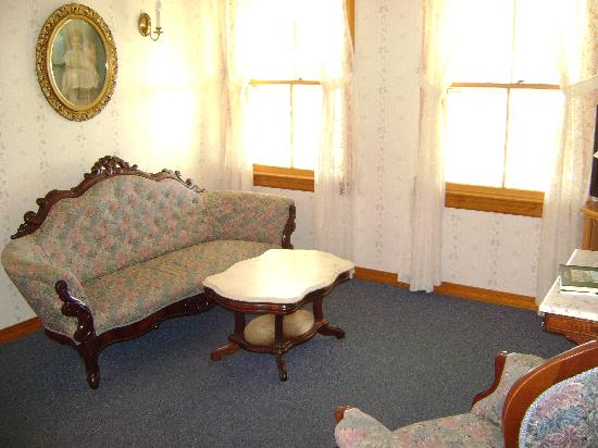 Rose Farm Inn: Parlor