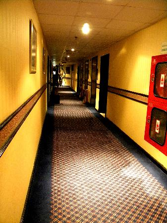 Howard Johnson Hotel Abu Dhabi : hallway, i think it was 8th floor?