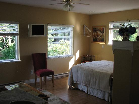 Beachway B&B Suites: comfortable and spacious- the back suite
