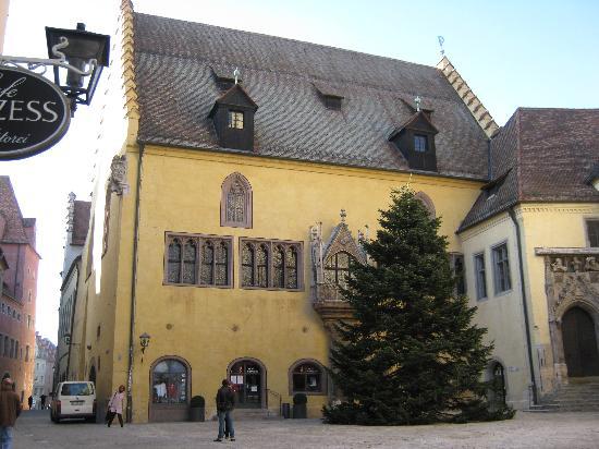Regensburg, Germany: Der Weihnachtsbaum vor dem Alten Rathaus