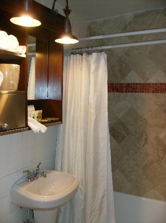 South Beach Plaza Villas: Bathroom with flying shower head
