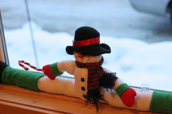 Evergreen Forest B&B: Split Snowman