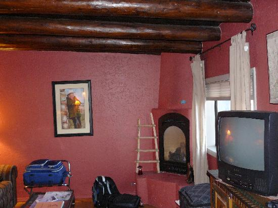 Orinda Bed and Breakfast: kiva fireplace and sitting area, this thing puts out some heat!
