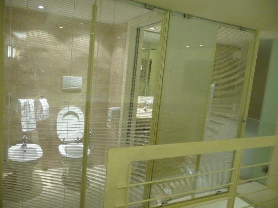 White Hotel: Bagno al piano superiore