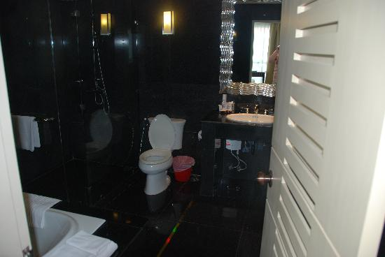 Bless Residence: spacious bathroom