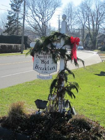 Deacon Timothy Pratt Bed and Breakfast: The sign out front!