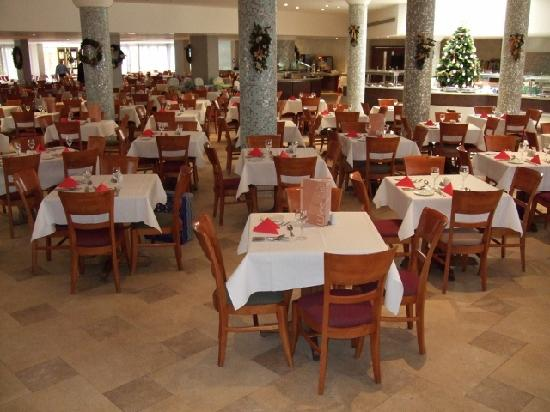 Atlantica Oasis Hotel: The main dining room.
