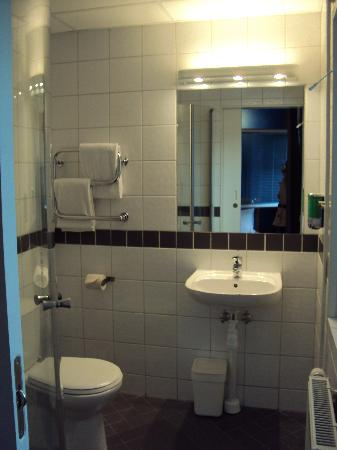 Connect Hotel Arlanda: Large room, bathroom