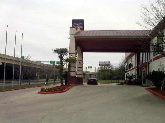 Howard Johnson Inn and Suites Central San Antonio: Front (WEST) 10 and 410