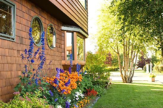 Parkside Guest House: Just across the street from the Guest House is an active city park.