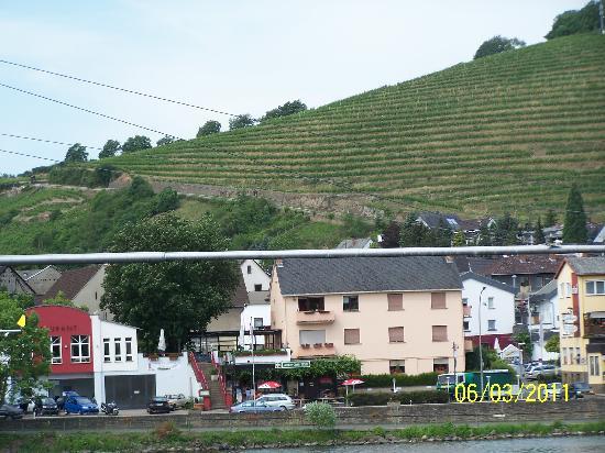 Hotel Avantgarde: Anker Grill across street seen from Mosel - Vineyards beyond