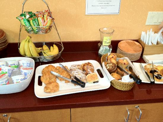 Mariposa Inn and Suites : pic of the complimentary breakfast