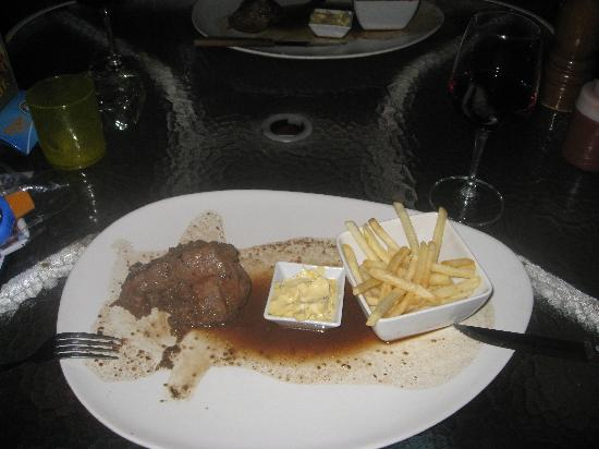 Hippo Bar & Grill: Happy hour steak deal!