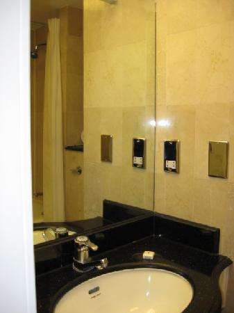 Millennium Hotel London Knightsbridge: Pretty small bathroom...