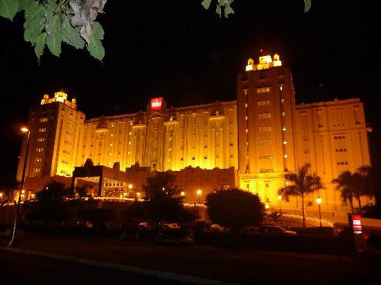 Hotel Riu Vallarta: Le Riu Vallarta de nuit.