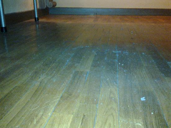 Hotel Unicorno: ... la polvere sotto al letto
