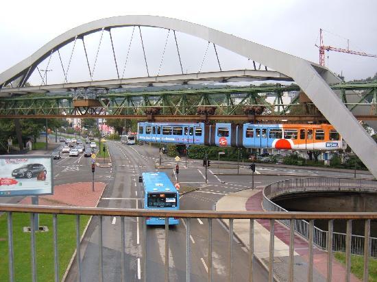 Wuppertaler Schwebebahn: Crossing the main road after Ohligsmuhle station