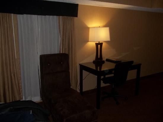 BEST WESTERN Plus Newark Airport West: Desk area in room