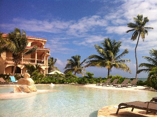 Coco Beach Resort: pool + ocean