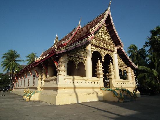 Samsenthai Hotel: 徒歩圏内にいくつかの寺があり朝の散策が楽しい