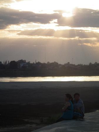 Youth Inn : ホテル前から見るメコンの夕日