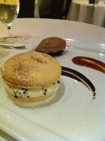 Marche Moderne: Macaroon with expresso ice cream