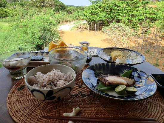 Villa Suara Nakijin: 沖縄の器もすてき