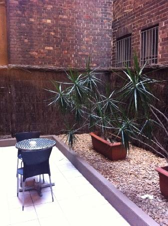 APX Apartments Darling Harbour: Private courtyard (2nd floor)