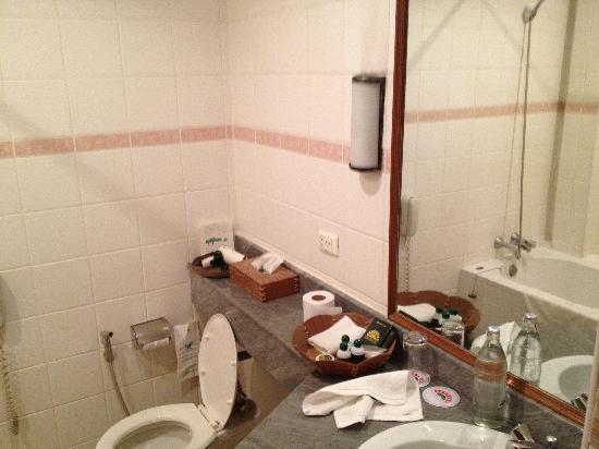 The Tarntawan Hotel Surawong Bangkok: The bathroom