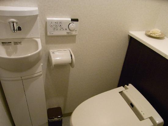 Hotel Wellness Yamatoji: トイレ。写真が悪いですがもっと明るいです。