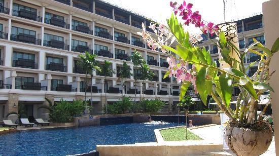Angkor Miracle Resort & Spa: Crystal clear salt water pool. Pool bar serves fantastic drinks at reasonable price.