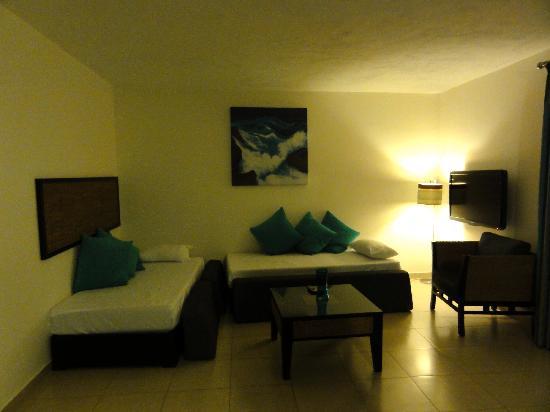 Rocca Nettuno suites : Salon côté lits / TV