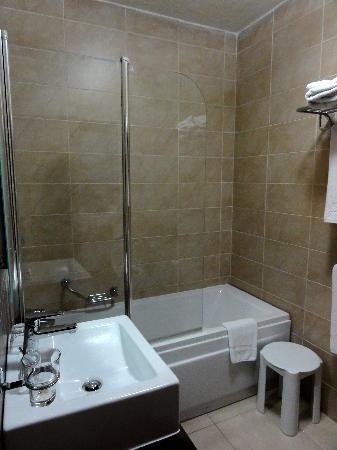 Rocca Nettuno suites: Salle de bain