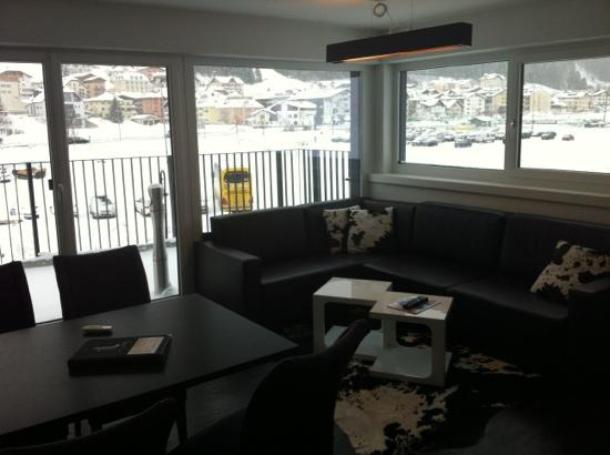 Ischglliving Appartements: livingroom of appartement top4 with view on Ischgl and the mountains