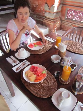 Kayu Sugih Guest House : breakfast brought to your room