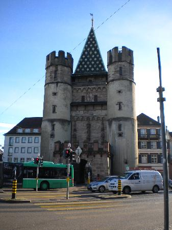 Spalentor (Stadttor): old and new - medieval gate and modern traffic