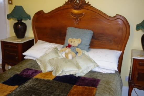 Bedknobs Bed and Breakfast: Teddy was waiting for us.