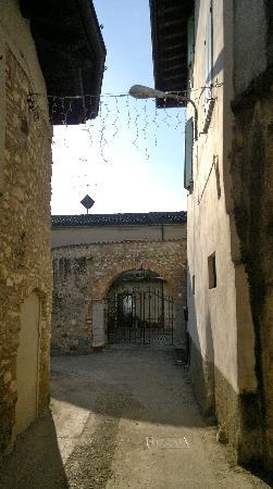 Manerba del Garda, Italia: ingresso hotel, fra le molte rovine circostanti