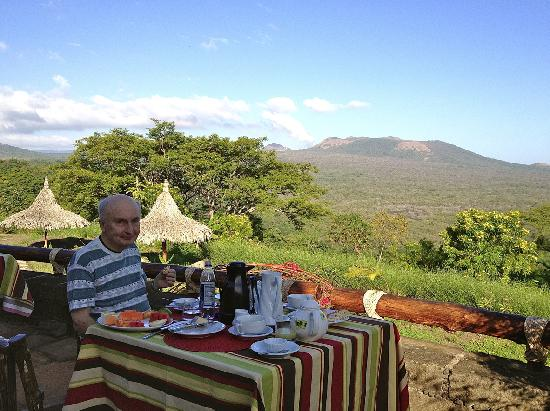 Hacienda Puerta Del Cielo Eco Spa : Breakfast with the steaming volcano in the background