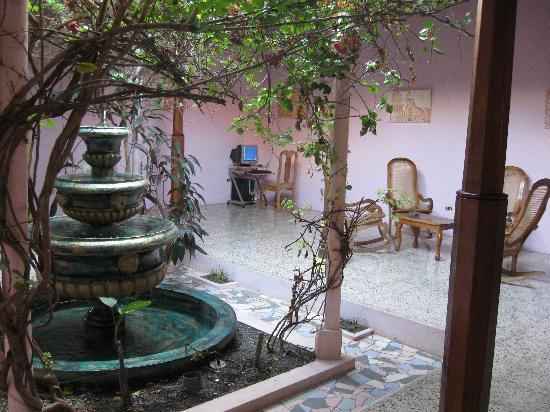 Hotel Kekoldi Granada: Another central garden area