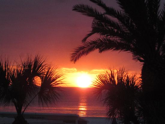 Mariner Beach Club: Spectaular sunsets!