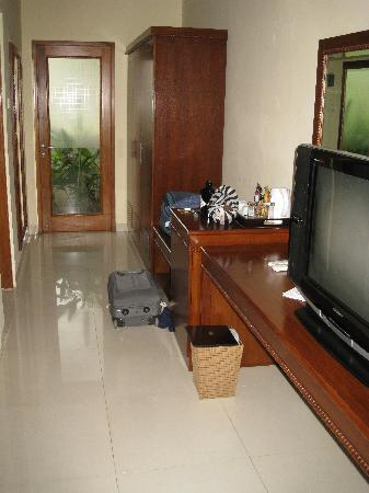 Villa Grasia Resort & Spa: TV and hallway