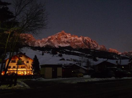 Garni Lasteis illuminato ai piedi delle bellissime Dolomiti