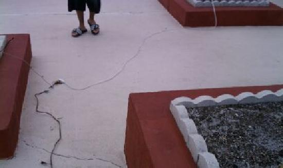 Claremont Kissimmee Hotel: Extension cords strung everywhere.