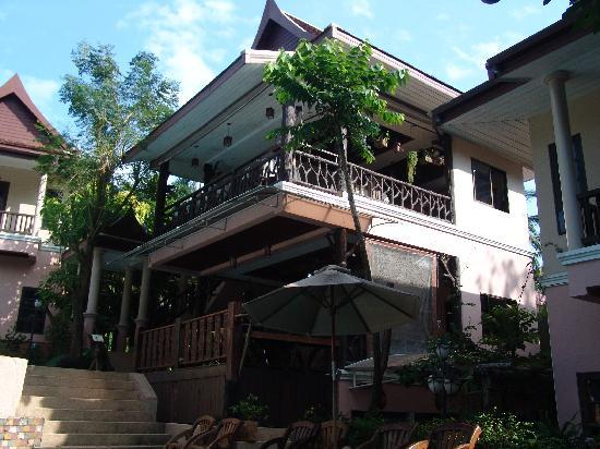 Cha Wan Resort Pic002: unten Rezeption, oben Restaurant. Vom Pool aus betrachtet.