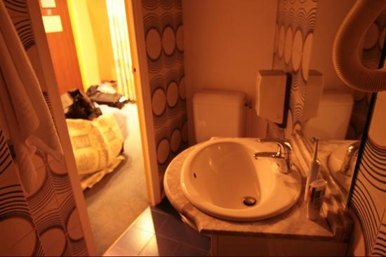 Vintage Hostel: our glorious bath