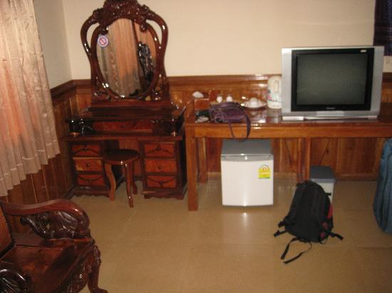 Banan Hotel: Desk, fridge and tv